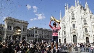 Egan Bernal, celebrando el triunfo en el podio de Milán