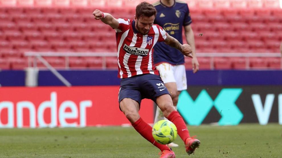 Saúl Ñíguez golpea el balón en un partido de esta temporada.