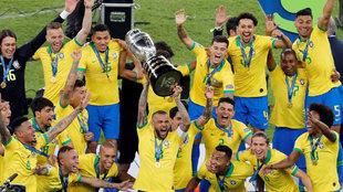 Alves levanta la Copa América conquistada por Brasil en 2019 en casa.