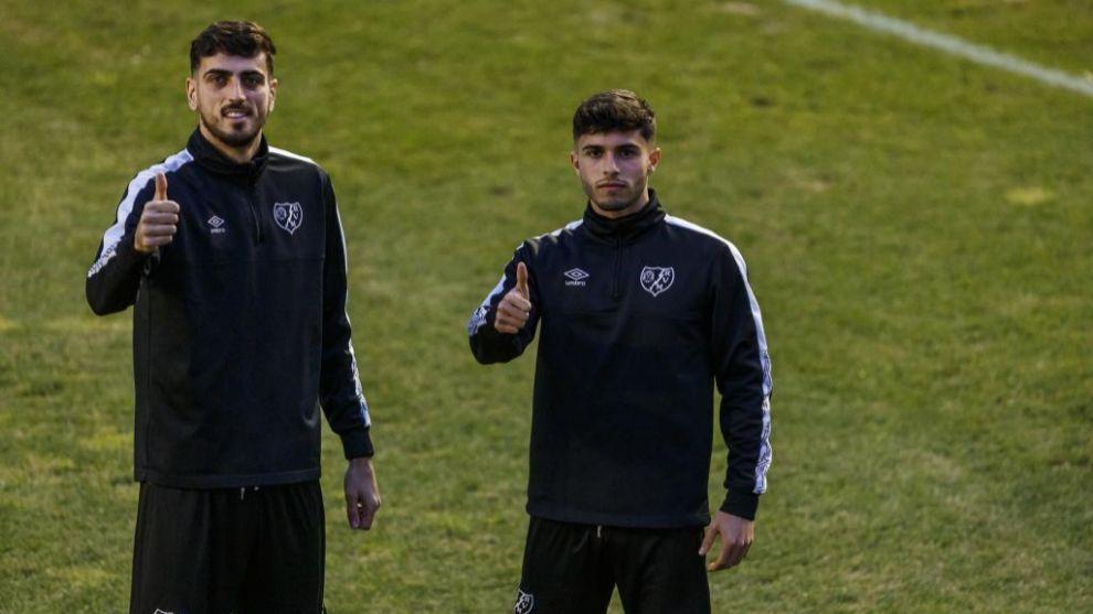Mario Hernández, a la derecha, poa junto a Catena  para un reportaje de MARCA