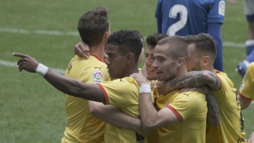 Stuani, de espaldas, y Yoel Bárcenas celebrando un gol en Oviedo