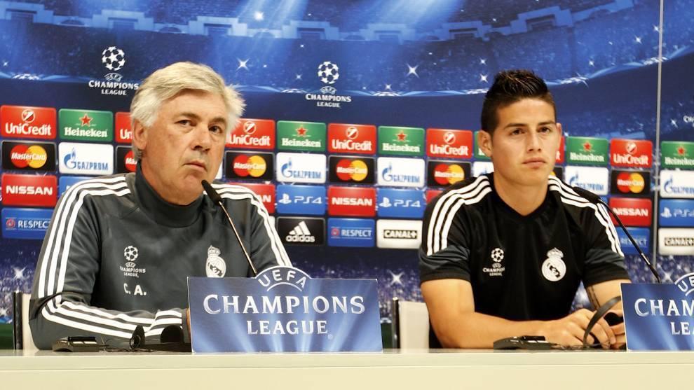 Carlo Ancelotti y James Rodríguez durante una rueda de prensa en la etapa en que coincidieron en el Real Madrid.