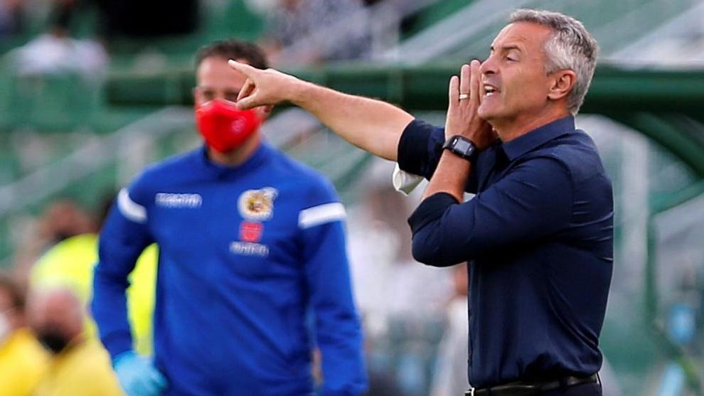 El técnico del Elche da indicaciones a sus jugadores durante esta pasada temporada.
