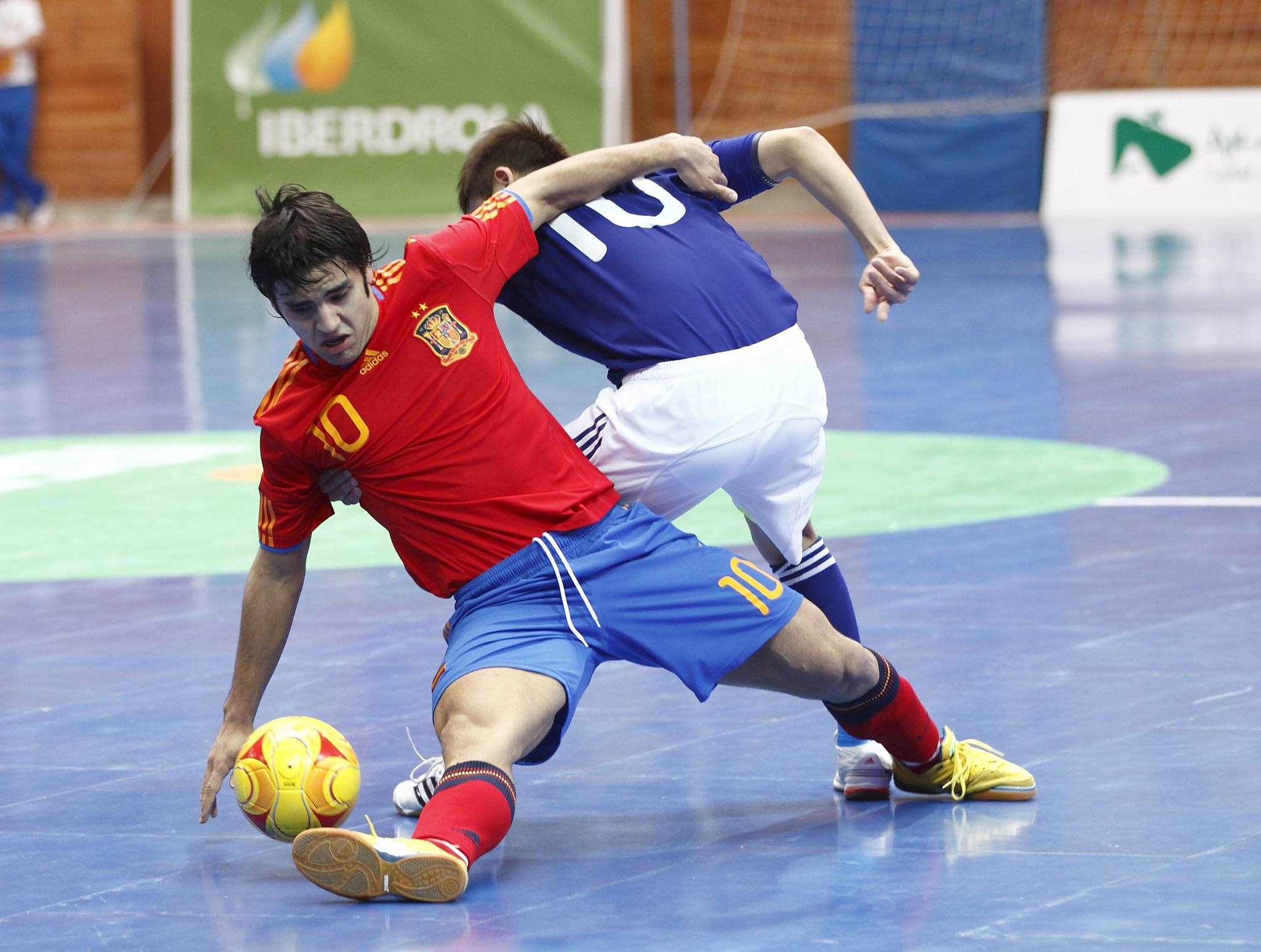 Charlie disputa un balón en un España-Japón en 2010