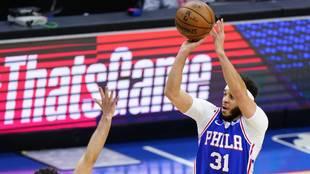 Seth Curry tira uno de sus 10 triples ante los Washington Wizards