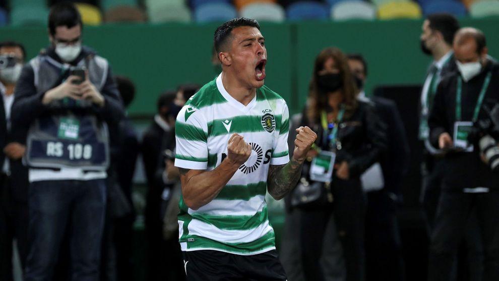 Pedro Porro celebra el título de Liga con el Sporting