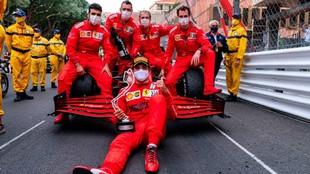 Sainz, junto a su equipo en el pasado Gran Premio de Mónaco.