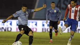 Luis Suárez, durante un disparo en el partido de Montevideo.
