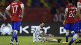 Messi, en el suelo tras recibir una falta en el partido ante Chile.