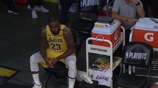 LeBron James, desolado en el banquillo.