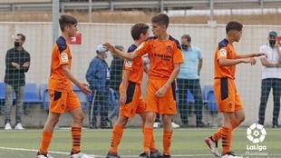 Los jugadores del Valencia celebran su segunda victoria.