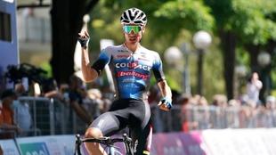 Juan Ayuso celebra su triunfo en Imola en la tercera etapa del Giro...