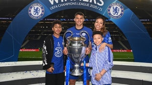 Thiago Silva celebracon su familia el título de la Champions League.