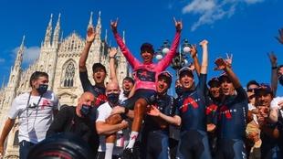 Bernal celebra su victoria en el Giro con sus compañeros de equipo.