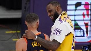 LeBron saluda a Curry tras la victoria de los Lakers sobre los...