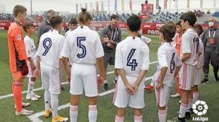 Los jugadores del Real Madrid recibiendo la charla del entrenador.