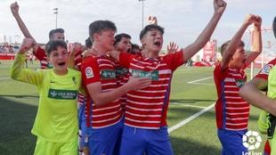 Los jugadores del Granada celebran el pase a semifinales.