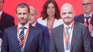 Aleksander Ceferin, presidente de la UEFA y Gianni Infantino,...