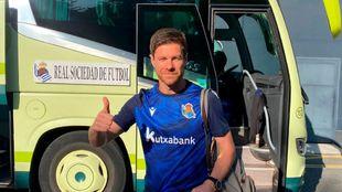 Xabi Alonso posa delante del autocar en el que ha viajado con el...