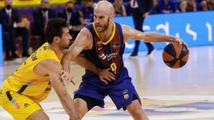 Calathes dirige el ataque del Barcelona presionado por Fitipaldo.