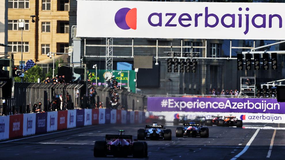 Alonso viendo la bandera a cuadros en Bakú.