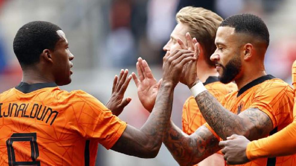 Wijnaldum y Depay, que parece que no jugarán junto el próximo año, celebran un gol de Países Bajos.