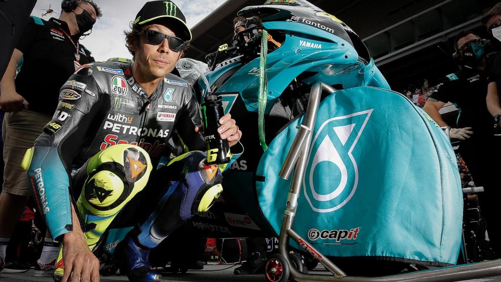 Rossi, junto a su moto.