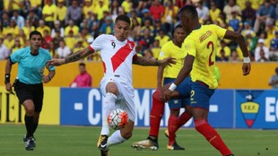 Disputa entre jugadores de las dos selecciones por la pelota.