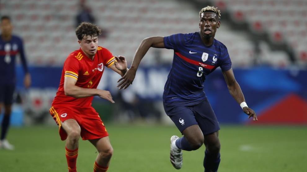 Pogba, perseguido por Neco Williams durante un amistoso celebrado hace unos días antes de la Eurocopa.