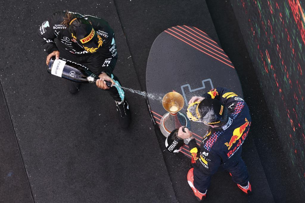 Hamilton celebrando su último podio en Barcelona con Verstappen