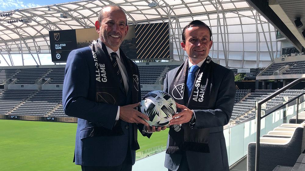 Don Garber y Mikel Arriola con el balón del Juego de las Estrellas