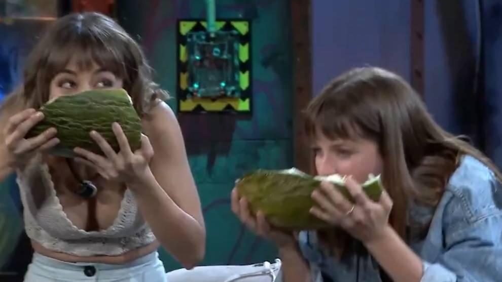 Lucía Caraballo y Ana Jara, durante el concurso de comer melón en menos tiempo /