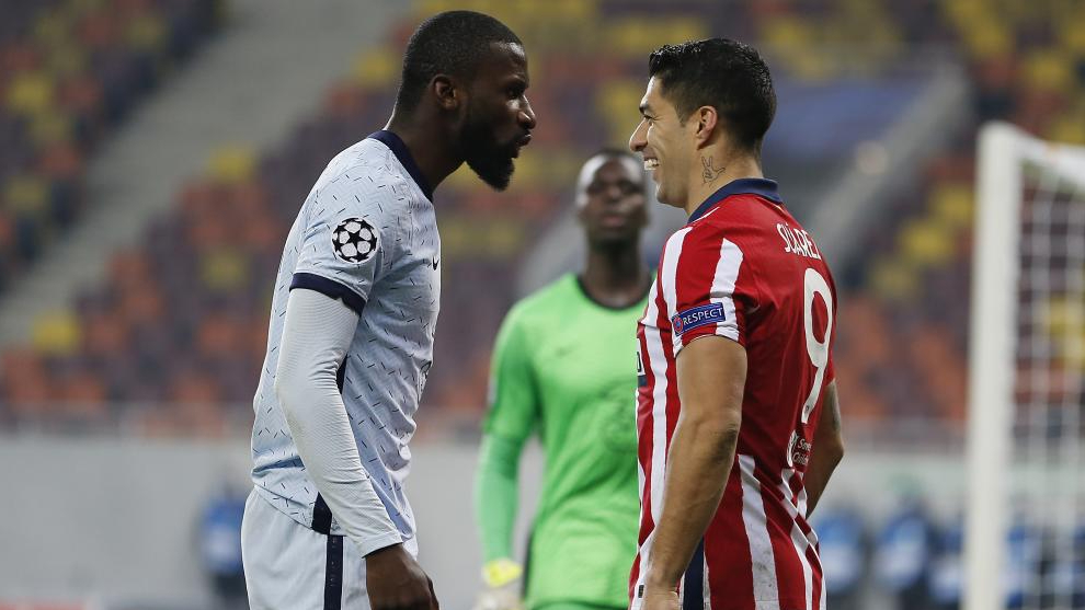 Rudiger se encara a Luis Suárez, durante el cruce de Champions entre el Chelsea y el Atlético de Madrid.