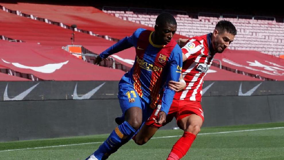 Dembelé pugna por un balón con Carrasco durante un partido de Liga.