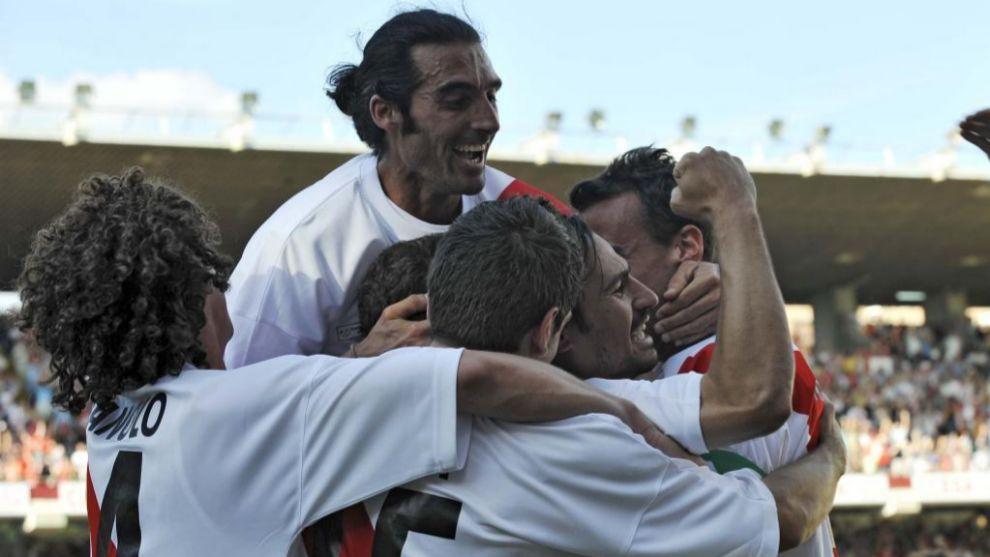 Llorens en la piña de celebración del gol de Pachón