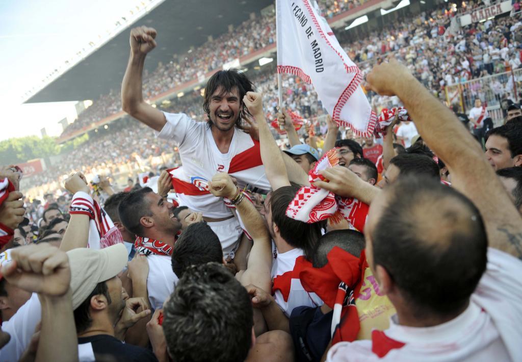 Pachón, autor del gol del ascenso, es llevado en volandas por la afición
