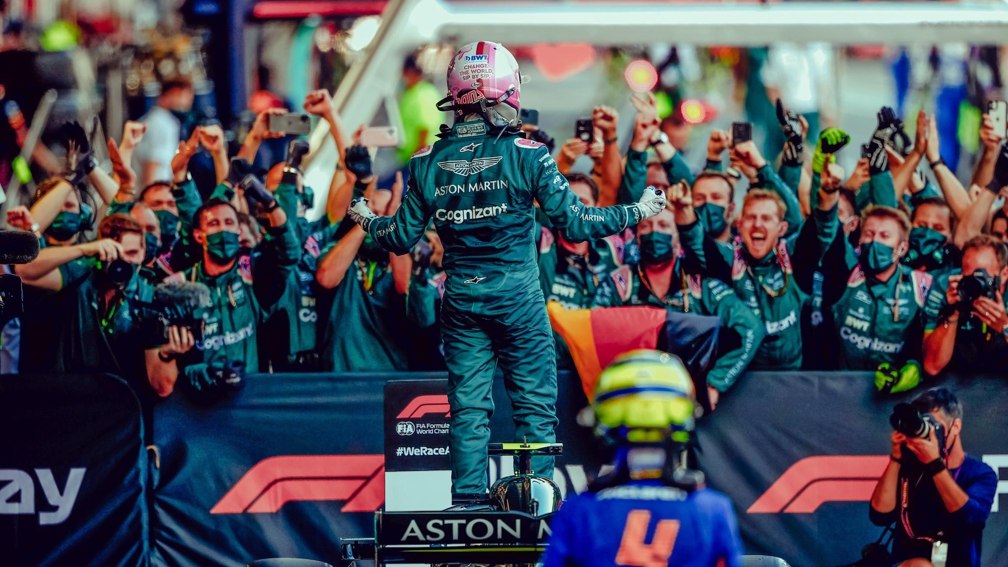 Vettel celebrando el podio con su equipo