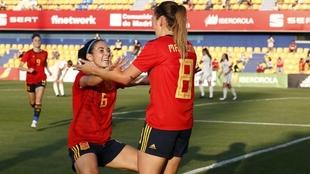 Aitana Bonmatí y Mariona Caldentey celebrando el primer gol...