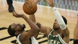 Antetokounmpo detiene a Kevin Durant en defensa