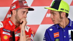 Dovi habla con Rossi, durante una rueda de prensa.