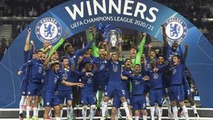 Los jugadores del Chelsea festejan el título de la Champions...