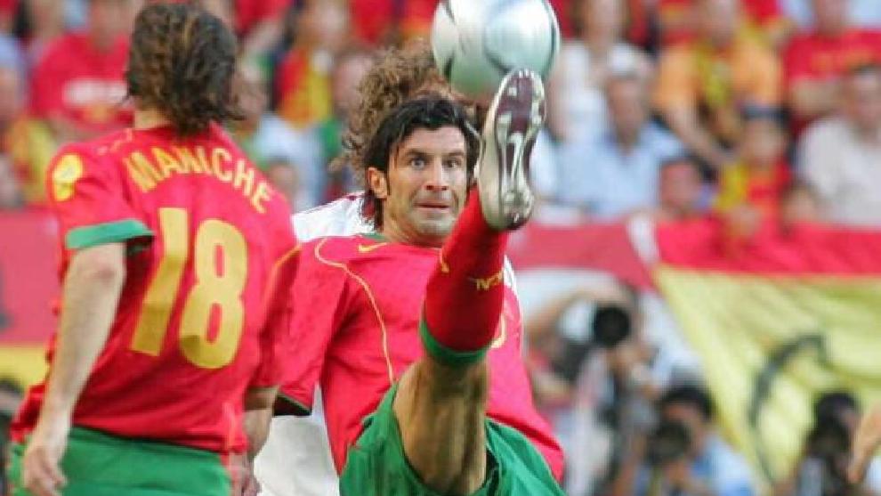 Figo controla un balón en la Eurocopa de 2004, cuando Portugal se enfrentó a España.