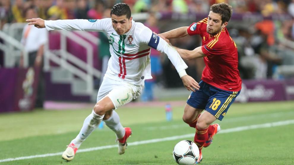 Cristiano Ronaldo trata de zafarse de la marca de Jordi Alba en las semis de la Eurocopa 2012.