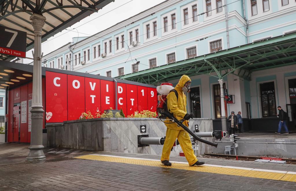 Un trabajador desinfecta la Estación de Bielorrusia, en Moscú, donde se ha registrado un repunte de contagios