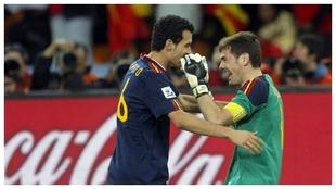 Casillas y Busquets, tras ganar España el Mundial de Sudáfrica