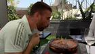"""Unai Simón, tras soplar las velas de su tarta: """"¿Ahora ya no puede comer nadie, no?"""""""