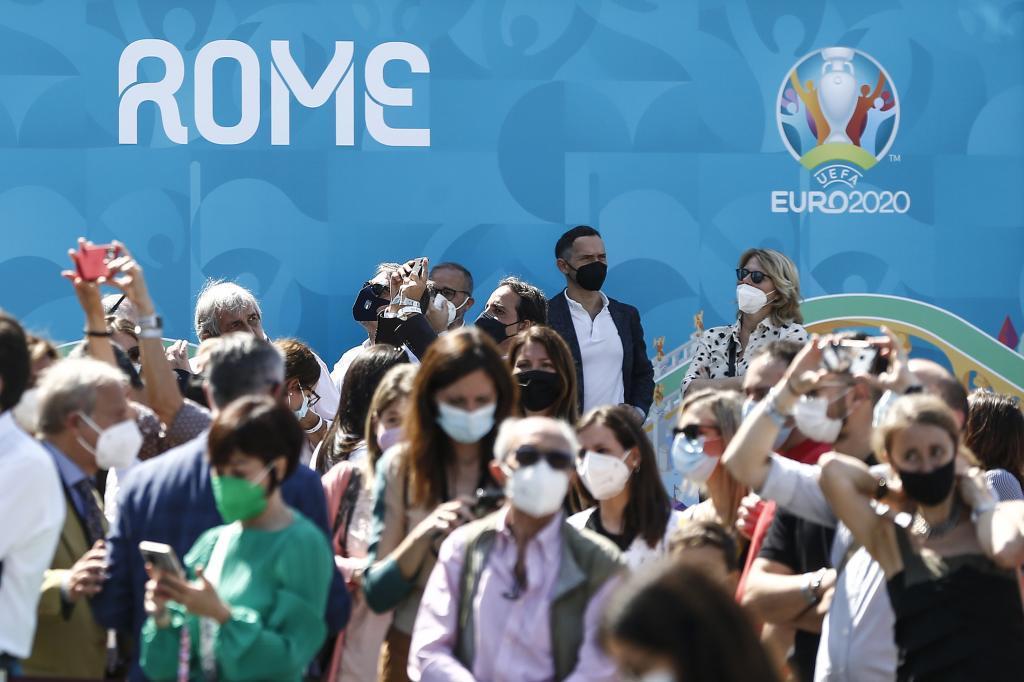 Personas en la Fan Zone de la Eurocopa de fútbol en Roma, el mayor evento deportivo con público desde el inicio de la pandemia