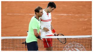 Nadal y Djokovic se saludan en la red