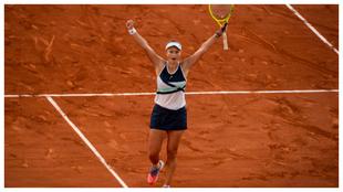 Krejcikova levanta los brazos