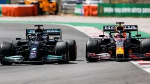 Hamilton y Vestappen disputando la posición en Portugal
